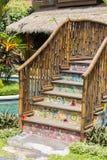 五颜六色的木桥在游泳池旁边的一个热带庭院里 巴厘岛印度尼西亚 免版税图库摄影