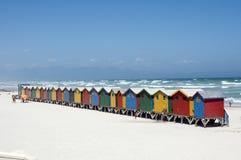 五颜六色的木海滩小屋西开普省S非洲 免版税图库摄影