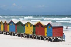 五颜六色的木海滩小屋西开普省S非洲 免版税库存图片
