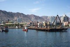 五颜六色的木渔船在港口在安托法加斯塔 图库摄影