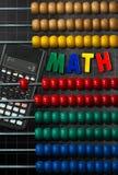 五颜六色的木算盘和计算器 免版税库存图片