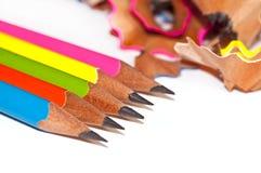 五颜六色的木铅笔和削片在白色 免版税图库摄影