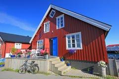五颜六色的木rorbu房子风景看法, Henningsvaer, Lofoten海岛,斯堪的那维亚,挪威 免版税图库摄影