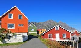 五颜六色的木rorbu房子风景看法, Henningsvaer, Lofoten海岛,斯堪的那维亚,挪威 免版税库存图片