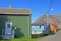 五颜六色的木rorbu房子风景看法, Henningsvaer, Lofoten海岛,斯堪的那维亚,挪威 免版税库存照片