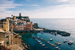 五颜六色的村庄韦尔纳扎风景看法在五乡地,意大利 图库摄影