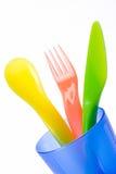 五颜六色的杯子刀叉餐具塑料 免版税库存图片