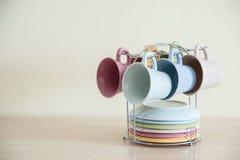 五颜六色的杯子吊有清楚的背景 免版税库存图片
