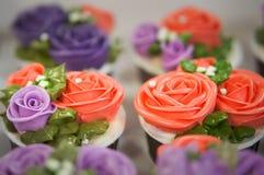 五颜六色的杯形蛋糕为生日 免版税库存照片