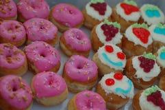 五颜六色的杯形蛋糕和多福饼 免版税库存图片