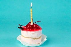 五颜六色的杯形蛋糕用在上面的一棵樱桃 库存照片