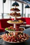 五颜六色的果子和莓果金字塔 免版税库存照片