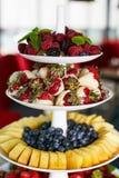 五颜六色的果子和莓果金字塔 免版税库存图片