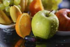 五颜六色的果子围拢的新鲜的水多的绿色苹果: 库存照片