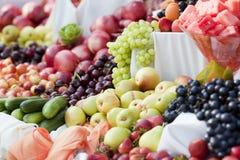 五颜六色的果子在市场上 免版税库存图片
