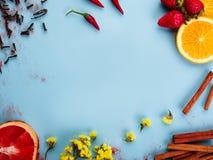 五颜六色的果子开花菜和种类在一张蓝色背景顶视图 免版税库存图片