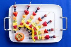 五颜六色的果子kebabs的创造性的安排 免版税图库摄影