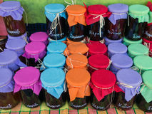 五颜六色的果酱瓶子 免版税库存照片