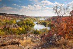 五颜六色的树和河-美好的晴朗的秋天天,全景 免版税库存图片