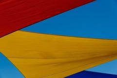 五颜六色的树荫风帆 免版税图库摄影