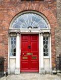 五颜六色的格鲁吉亚门在都伯林市,梅瑞恩广场,爱尔兰 图库摄影