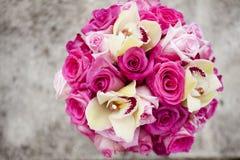 五颜六色的桃红色婚礼花束 免版税库存图片