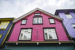 五颜六色的桃红色房子在斯塔万格的中心在挪威 库存照片