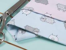 五颜六色的棉织物,米和剪 库存图片