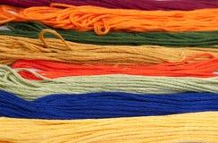 五颜六色的棉花工艺线程数 库存图片