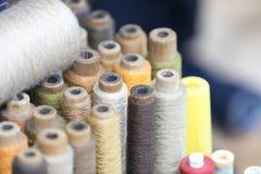 五颜六色的棉花片盘和螺纹在一传统裁缝sho 库存图片