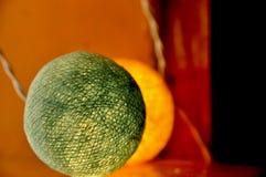 五颜六色的棉花球串光 免版税库存照片