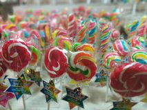 五颜六色的棒棒糖棒棒糖和甜糖果 库存照片