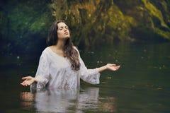 五颜六色的森林小河的美丽的妇女 免版税库存照片