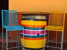 五颜六色的椅子和桶桌在墨西哥广场 库存照片