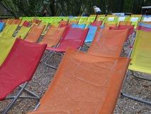 五颜六色的椅子在一个公园在苏黎世 免版税库存照片