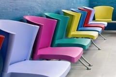 五颜六色的椅子在一间候诊室 免版税库存照片