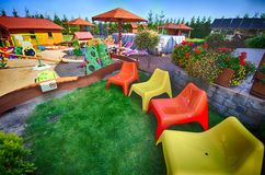 五颜六色的椅子在后院 库存图片