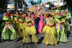 五颜六色的椰子服装的人们参加了街道跳舞 免版税库存图片