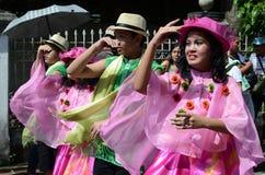 五颜六色的椰子服装的人们参加了街道跳舞 库存图片