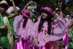 五颜六色的椰子服装的人们参加了街道跳舞 库存照片