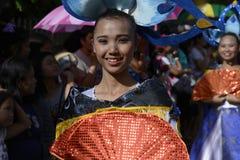 五颜六色的椰子服装的女性街道舞蹈家加入庆祝 库存图片