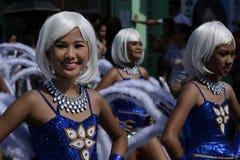 五颜六色的椰子服装的女性街道舞蹈家加入庆祝 库存照片