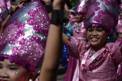 五颜六色的椰子服装的女性街道舞蹈家加入节日 库存图片