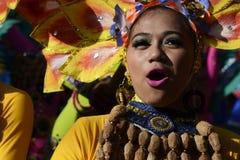 五颜六色的椰子服装的女性街道舞蹈家加入节日 免版税图库摄影