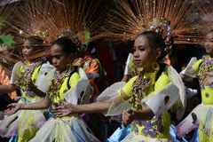 五颜六色的椰子服装的女性街道舞蹈家加入节日 库存照片