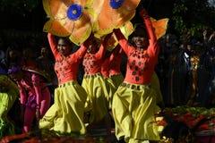 五颜六色的椰子服装的女性街道舞蹈家加入节日 免版税库存照片