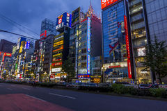 五颜六色的横幅和氖在新宿区,东京,日本 免版税库存照片