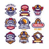 五颜六色的橄榄球商标的汇集 与椭圆形的橄榄球球和防护盔甲的标签 体育运动 库存图片