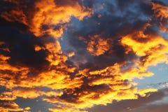 五颜六色的橙色和蓝色剧烈的天空 免版税库存照片