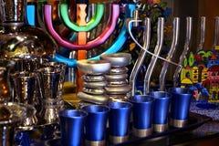 五颜六色的欢乐menorah和银色烛台在一个市场上在耶路撒冷,以色列 库存图片